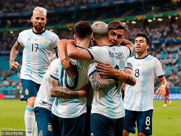 Argentina giành vé vào tứ kết trong ngày Messi im lặng