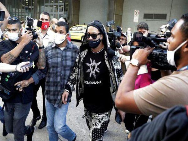 Tin bóng đá chiều 26/8: Ronaldinho bị vây kín khi trở về Brazil