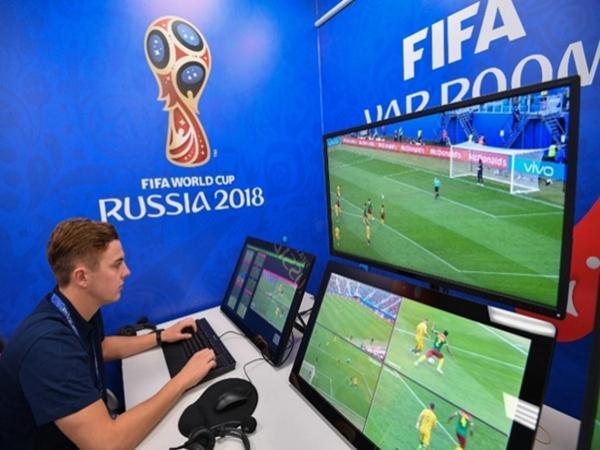 Một người phải theo dõi 3 màn hình để tìm lỗi sai phạm của cầu thủ.