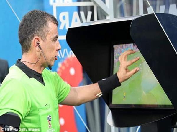 Màn hình hiển thị góc chiếu trên sân thông qua công nghệ VAR.